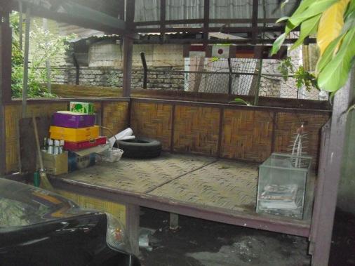 Tempat Duduk-duduk santai di pekarangan samping rumah Bendera indonesia, jepang, swiss dan jerman itu melambangkan keluarga kami