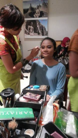 Make-up artist Sariayu sedang merias mataku