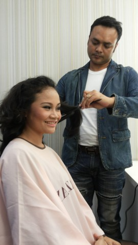 Proses make-over - Make up artistnya mas Ilham Bentang yang kece